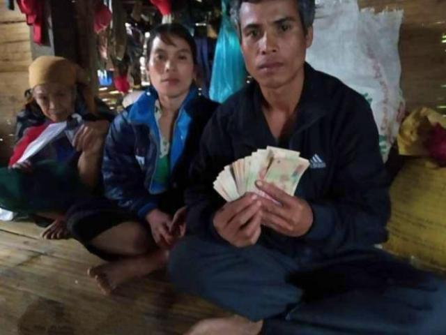 Tin tức 24h qua: Hành động bất ngờ của người đàn ông nghèo khi thấy 10 triệu đồng lẫn trong quần áo cứu trợ