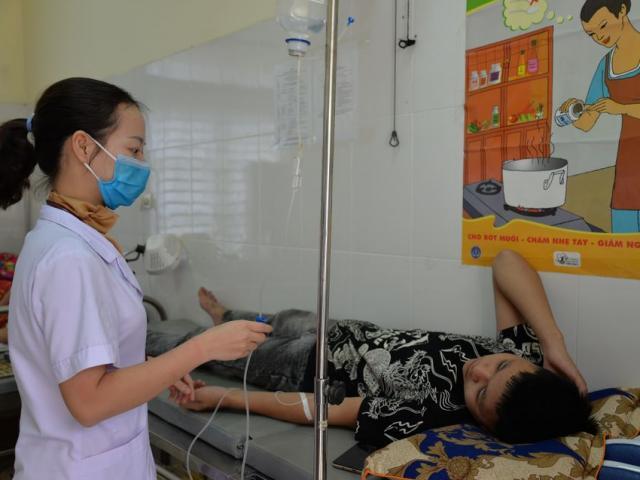 Buồn nôn, đau bụng sau bữa sáng, 23 học sinh phải truyền thải độc