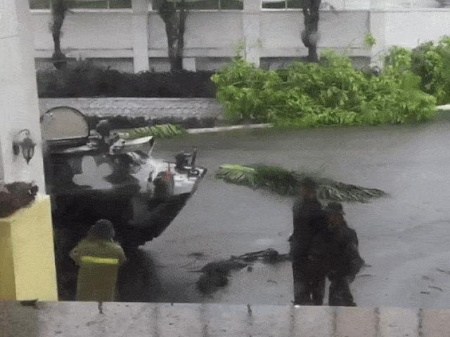 """Quảng Ngãi: Dùng xe bọc thép """"xé"""" bão số 9 đưa người đi cấp cứu"""