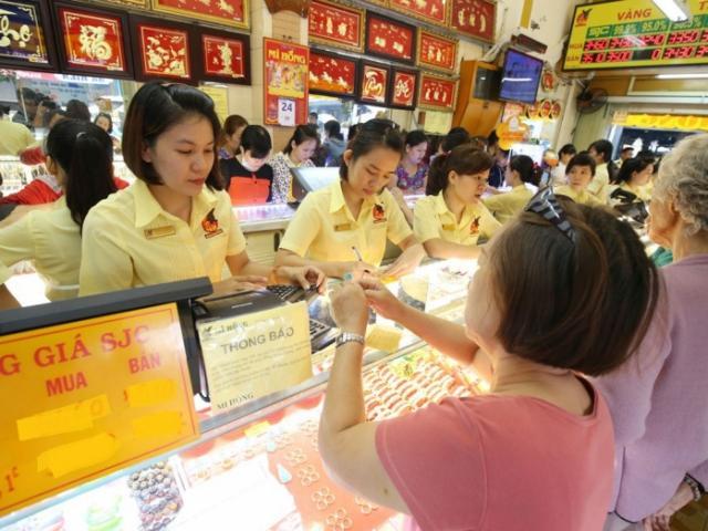 Giá vàng hôm nay 29/10: Dân buôn hoảng loạn bán tháo, vàng xuyên thủng đáy