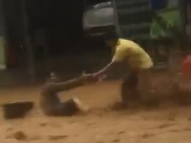 Video: Cứu người bị lũ cuốn trôi ở Nam Trà My