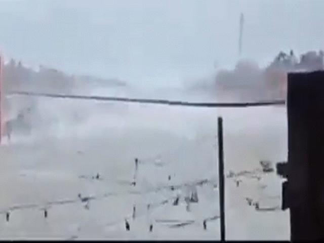 """Video: Cầu treo ở Philippines hóa """"dải lụa"""" vì sức quật của siêu bão mạnh nhất năm"""