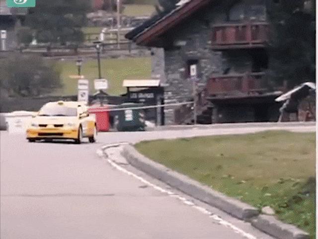 """Video: Xe đua vào cua khiến khán giả """"hồn bay phách lạc"""""""