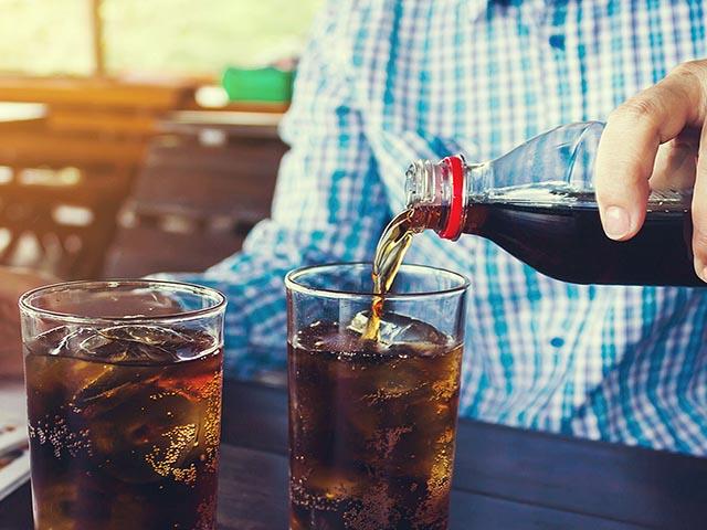 Uống 3 chai nước ngọt mỗi ngày, chàng trai 24 tuổi bị suy thận, phải lọc máu suốt cả thập kỷ