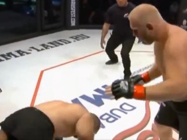 """""""Lính dù"""" 40 tuổi gây choáng MMA: """"Đấm phát ngất luôn"""" đối thủ 100kg"""