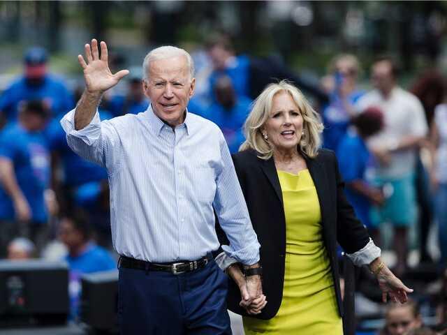 """Ông Joe Biden đi từ """"người nghèo khó"""" thành triệu phú như thế nào?"""