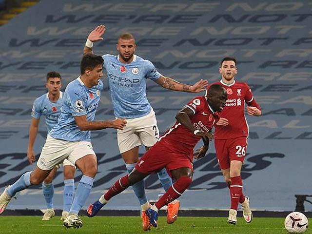 """Roy Keane """"hạ nhục"""" hậu vệ Man City, """"tội đồ"""" hụt của Liverpool biện hộ gì?"""