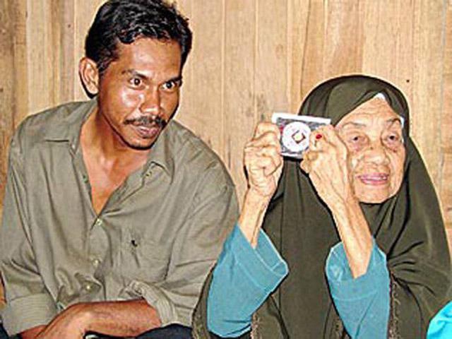 """Cụ bà 118 tuổi lấy chồng thứ 23 kém 70 tuổi, dùng """"chiêu độc"""" để giữ chồng"""
