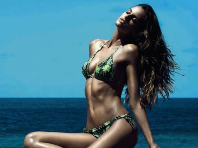 Izabel Goulart khoe đường cong body tuyệt mỹ với bikini siêu tí hon