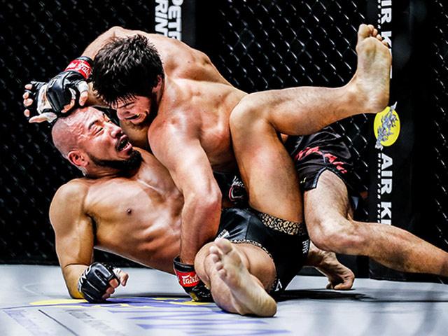 """""""Quái thú MMA Nhật Bản"""" bỏ chạy thoát thân khiến khán giả cười rũ rượi"""