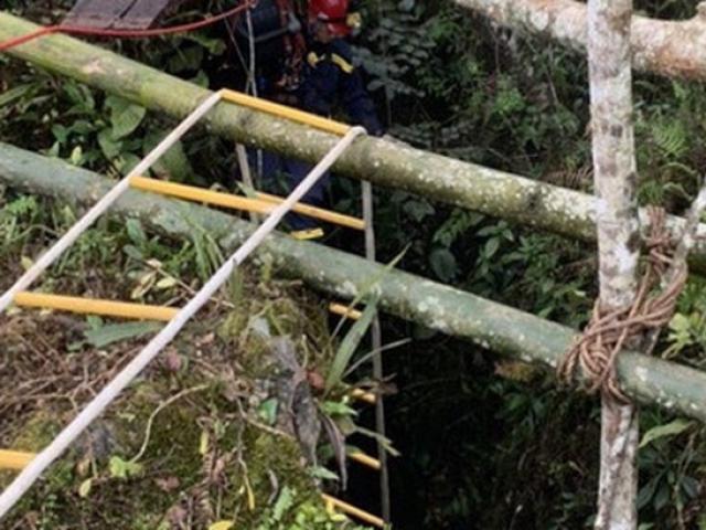 5 thanh niên bám dây thừng để vào hang kiếm vàng, 1 người mất tích