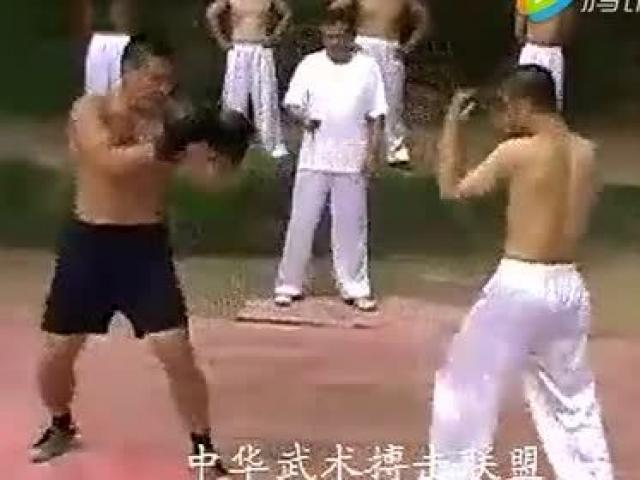 """Đáng nể cao thủ dùng """"Hànglong thập bát chưởng"""" hạ võ sĩ Kickboxing"""