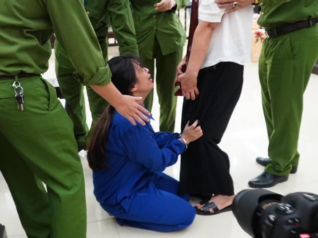 Vụ bé 3 tuổi bị bạo hành tử vong: Nữ bị cáo quỳ gối, xin mẹ giảm án cho chồng