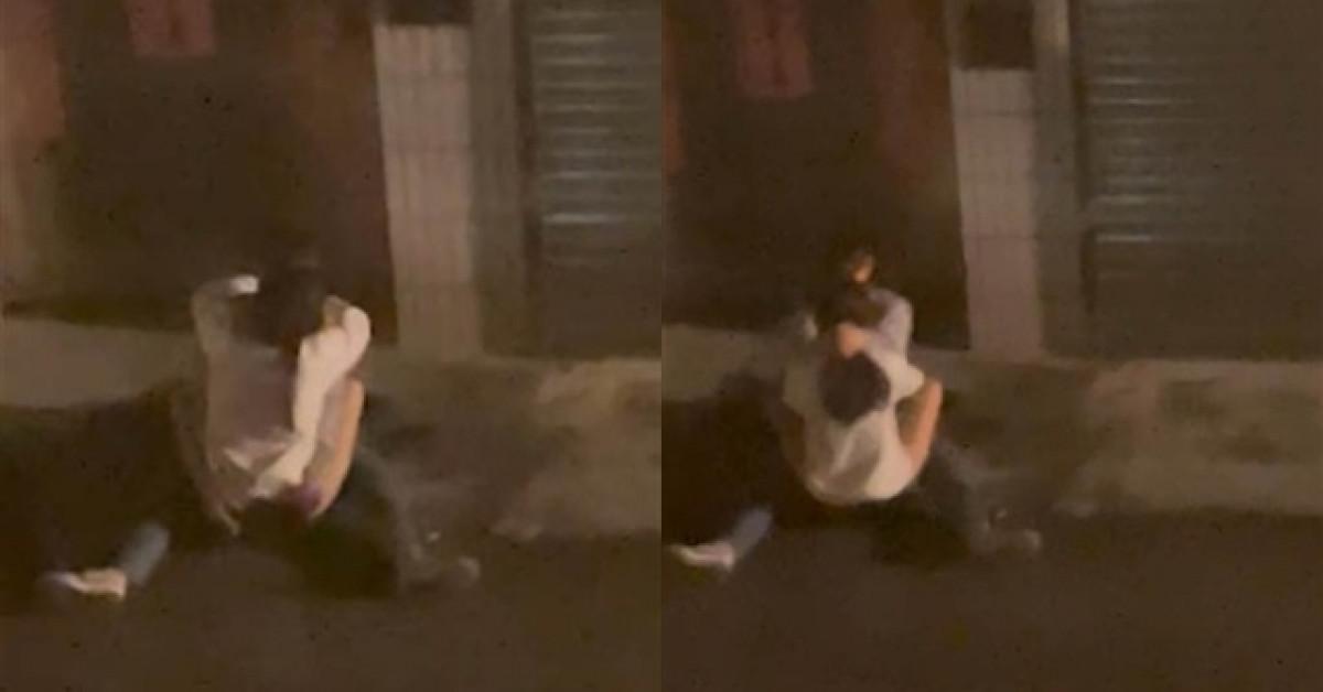 """Cặp đôi ngồi bệt trên vỉa hè, vừa ngả ngớn vừa sờ soạng khiến MXH """"dậy sóng"""""""