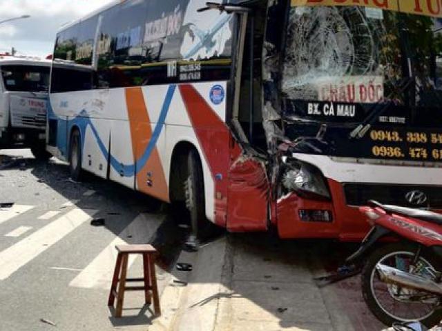 Xe giường nằm va chạm với xe ben, người dân đập cửa cứu hành khách
