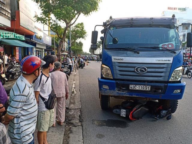 CLIP: Dừng đèn đỏ, một cô gái bị xe tải tông tử vong