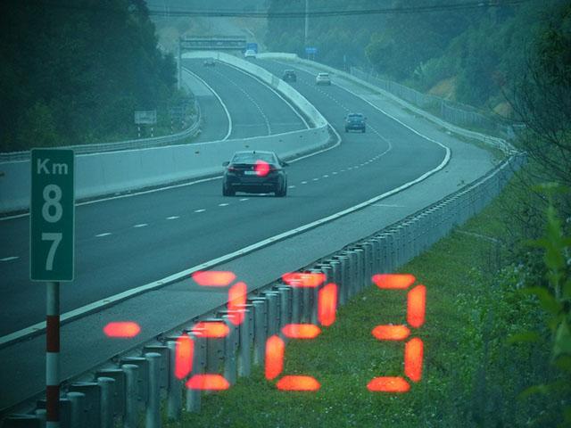 """Chủ xe BMW """"mát chân ga"""" đạp 223km/h trên cao tốc và cái kết"""