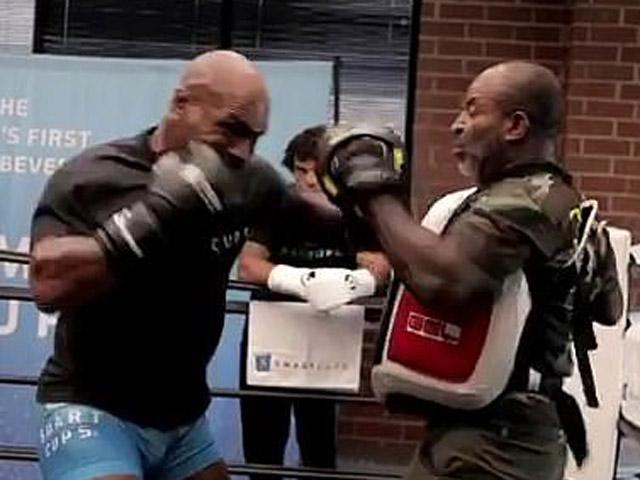 """Mike Tyson chuẩn bị """"tái xuất giang hồ"""", lỡ đấm gãy răng bạn tập"""