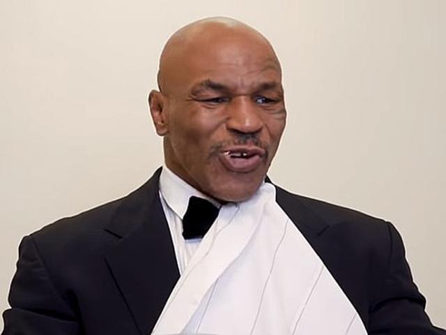"""Mike Tyson """"xơi tai"""" đối thủ Roy Jones Jr trước siêu đại chiến Boxing"""