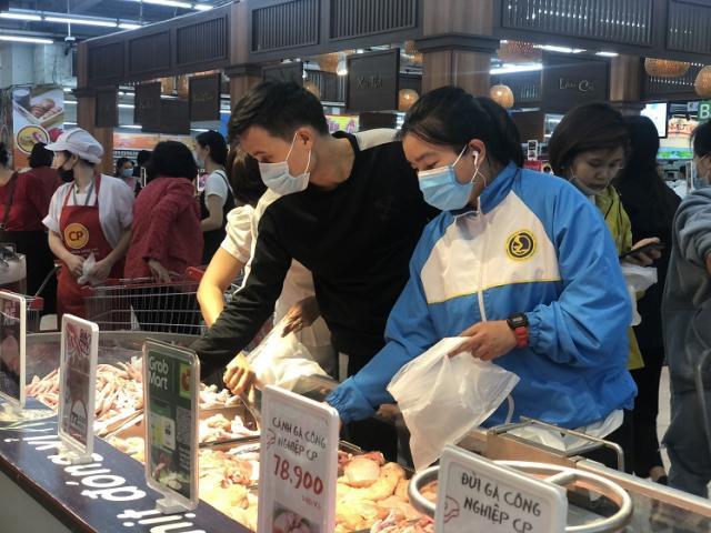 """""""Black Friday"""" một củ khoai lang cũng giảm giá 50%, người Hà Nội chen chân chật kín siêu thị"""