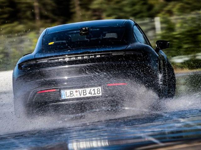 Xe điện Porsche Taycan lập kỷ lục Guinness về Drift dài nhất