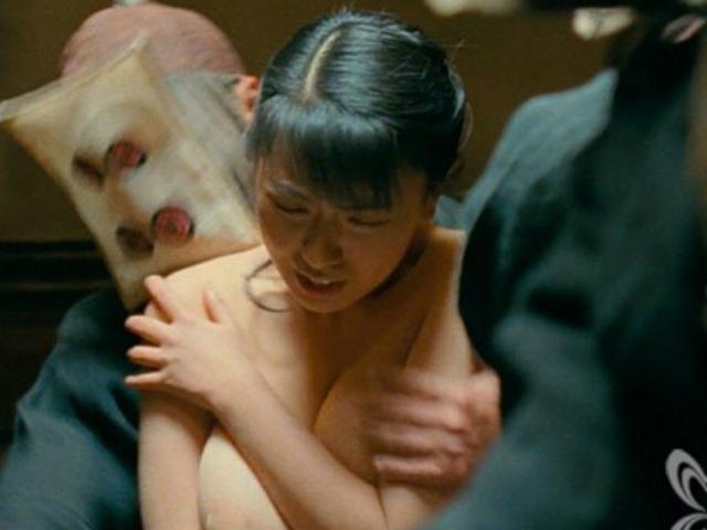 Nữ trợ lý siêu vòng 1 đổi đời nhờ khỏa thân đóng cảnh nóng chỉ vài chục giây trên màn ảnh