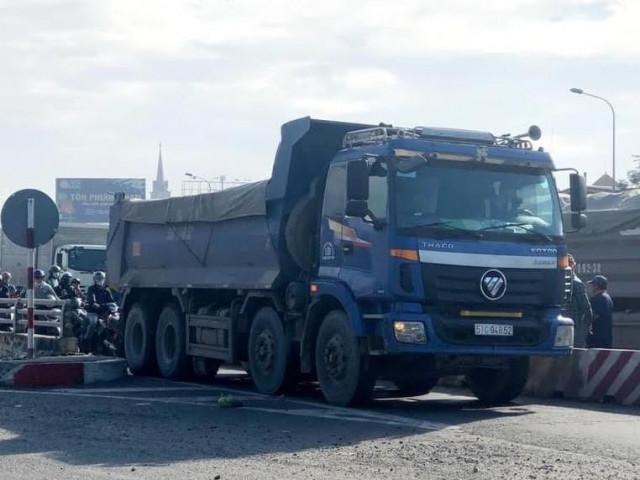 Chở quá tải trọng, tài xế lái ô tô tông xe CSGT để tháo chạy