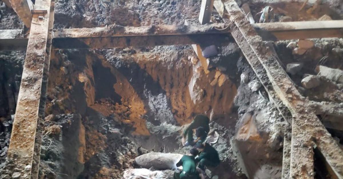 Lực lượng chức năng phá gỡ quả bom 340 kg ở phố Cửa Bắc trong đêm