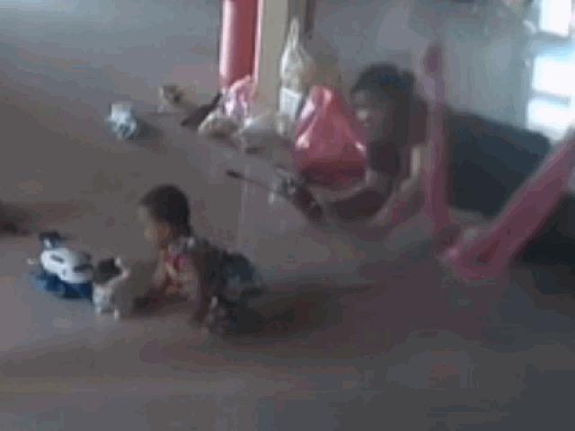 Mẹ phản xạ cực nhanh, cứu con thoát khỏi rết độc khổng lồ