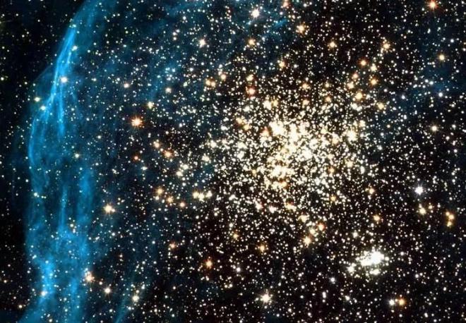 """Rùng mình """"quái vật"""" nuốt 16 thiên hà đang """"bao vây"""" Trái Đất"""