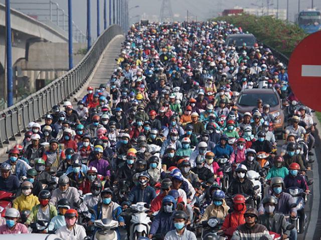 """Kẹt xe kinh hoàng ở Sài Gòn, suốt 3 tiếng ô tô chỉ """"bò"""" được 1km"""