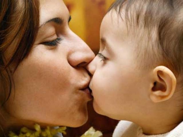 """Giáo viên mắc COVID-19 lây sang bé 14 tháng tuổi: Chuyên gia cảnh báo về """"nụ hôn"""""""