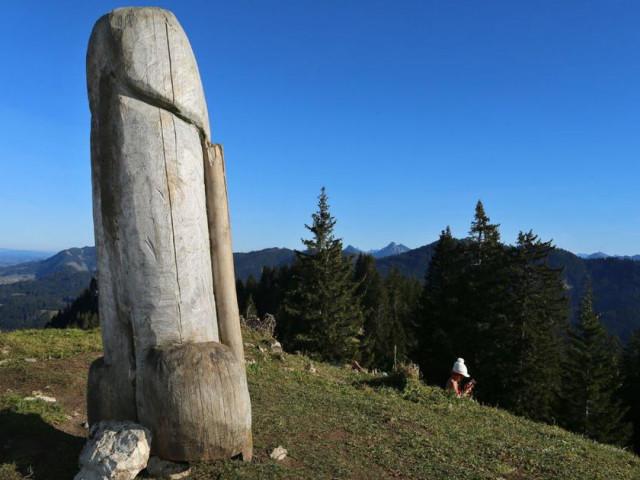 """Cảnh sát truy tìm bức tượng gỗ mô phỏng hình """"của quý"""" khổng lồ mất tích bí ẩn, không dấu vết"""