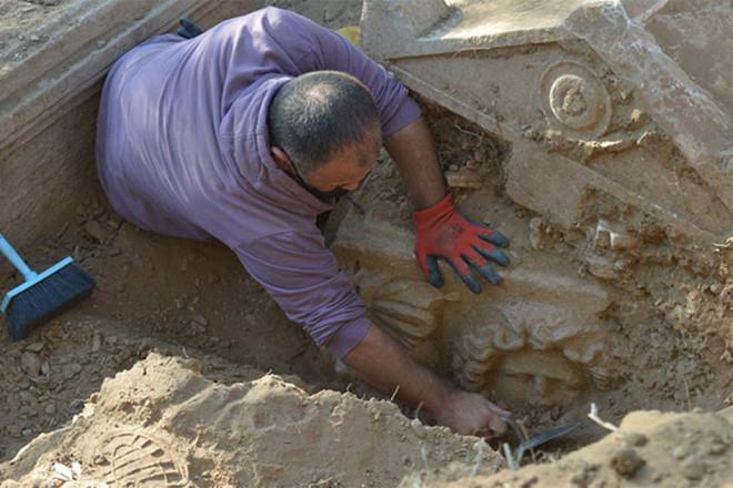 """Theo dõi tội phạm, phát hiện mộ cổ 2.300 năm và """"kho báu"""" gây choáng váng"""
