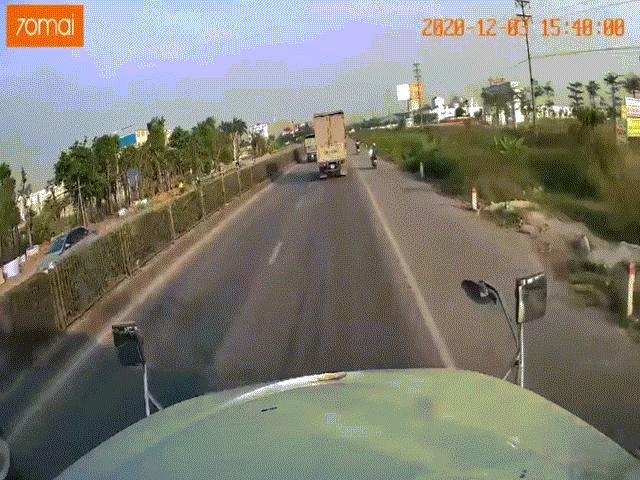 Truy tìm nam thanh niên đi xe máy không MBH tạt đầu xe container trên QL5