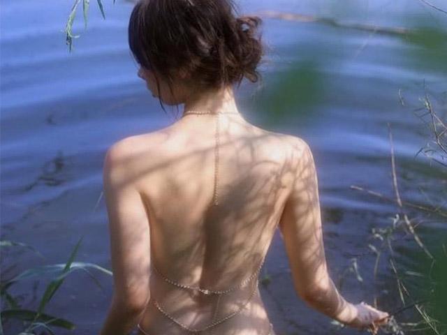 Người mẫu Chiết Giang buông áo bên hồ đẹp như tranh