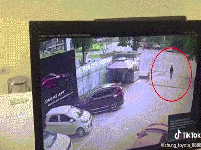 Vụ nữ tài xế lao xe vào showroom ô tô: Khoảnh khắc nạn nhân cố tránh tai họa