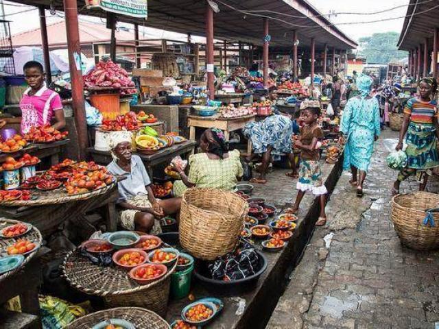 """Khu chợ bán hải sản rẻ hơn rau, con gì cũng có kích thước """"khủng"""""""