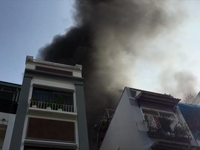 Cháy nhà ở trung tâm Sài Gòn, dân ôm tài sản tháo chạy