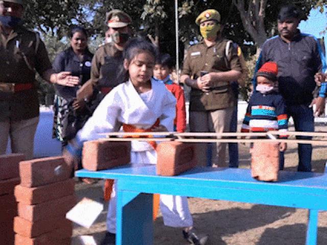 Bé gái Ấn Độ đập vỡ 170 ô gạch trong một phút