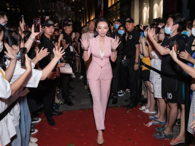 """Vợ chồng """"mỹ nhân hài 70 tỷ"""" bị khán giả vây kín tại tòa nhà cao nhất Việt Nam"""