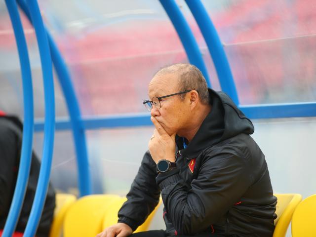 """HLV Park Hang lo mặt sân Cẩm Phả, """"mắng"""" cầu thủ U22 Việt Nam"""