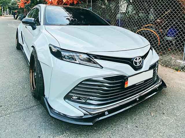 Ngắm Toyota Camry thế hệ mới độ thân rộng độc đáo tại Việt Nam