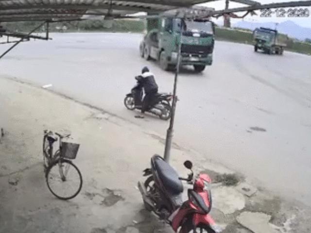 Video: Đang đỗ xe máy bên đường bị lốp xe tải văng vào người