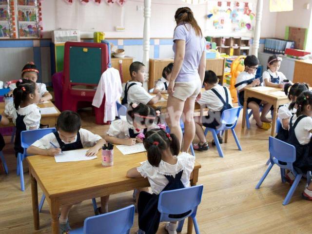 """Cô giáo mầm non mặc quần """"ngắn hơn cả ngắn"""" đi dạy khiến phụ huynh phẫn nộ"""