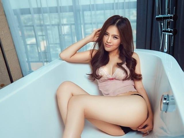 """""""Thánh nữ mì Gõ"""" Phi Huyền Trang tập vòng 3 kiểu lạ: Ngồi xổm dưới nước"""