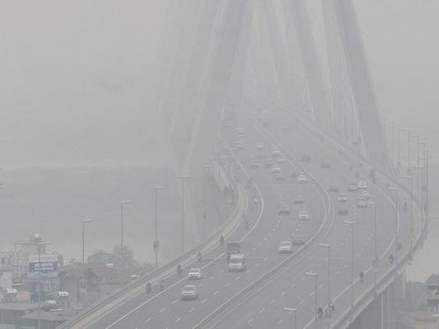 """Hà Nội bị """"bủa vây"""" bởi sương mù dày đặc từ sáng đến đêm"""