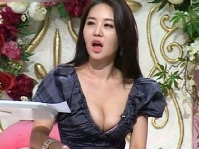 """Dàn nữ MC xứ Hàn mặc táo bạo, người """"thả rông"""", kẻ xé váy trên sóng"""