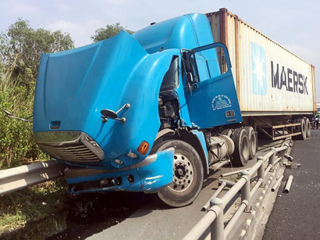 """Xe container """"làm loạn"""" trên đường dẫn cao tốc, nhiều người gào thét tháo chạy"""