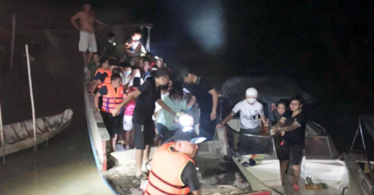 Cảnh sát trầm mình trong nước, bắt 21 con bạc lắc tài xỉu giữa đầm lầy